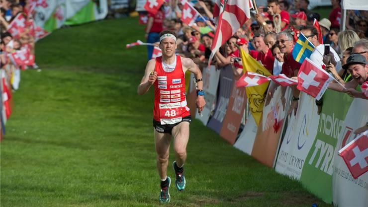 Daniel Hubmann beim Zieleinlauf als Europameister im Sprint – an der WM soll am Samstag der noch grössere Titel folgen.