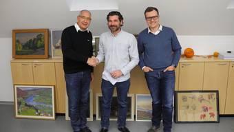 Gemeindepräsident Peter Weber, Armando Filippi und Gemeinderat Oliver Kalt (v.l.) freuen sich über die Vertragsunterzeichnung und die Caffetteria Filippi.