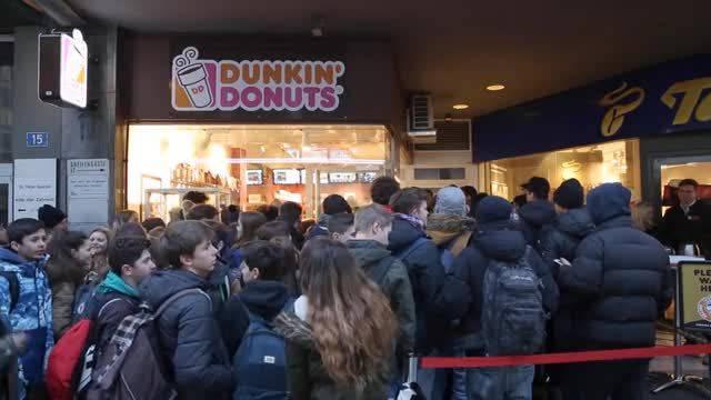 Eine Nacht lang anstehen für «Dunkin' Donuts» – die erste Kundin erhielt eine Urkunde