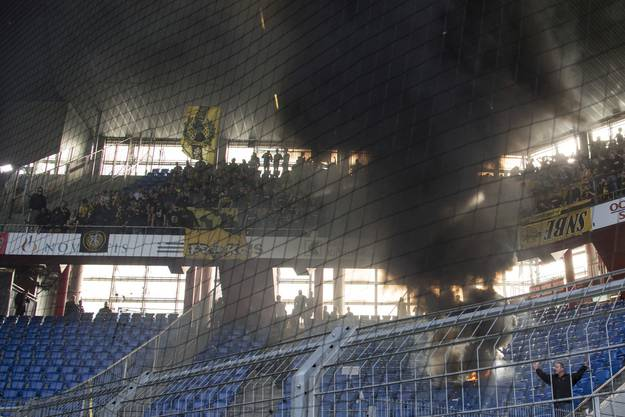 Nur die YB-Fans wollten nicht so recht mitfeiern: Sie machten lieber ein Lagerfeuer an wahrlich ungeeigneter Stelle.