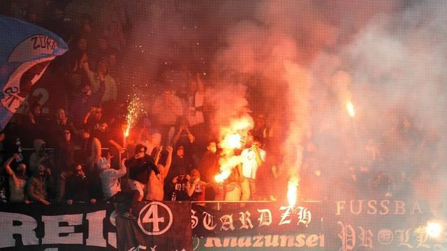 Zürcher Fans werfen am 2. Mai 2008 im St.-Jakob-Park brennende Fackeln (Archiv)