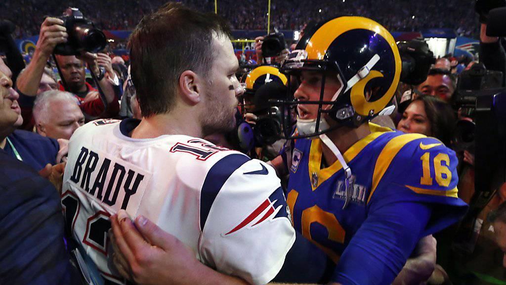 Lieferten sich eine Abwehrschlacht im Super Bowl: Rams-Quarterback Jared Goff (rechts) gratuliert Patriots-Quarterback Tom Brady zum Sieg