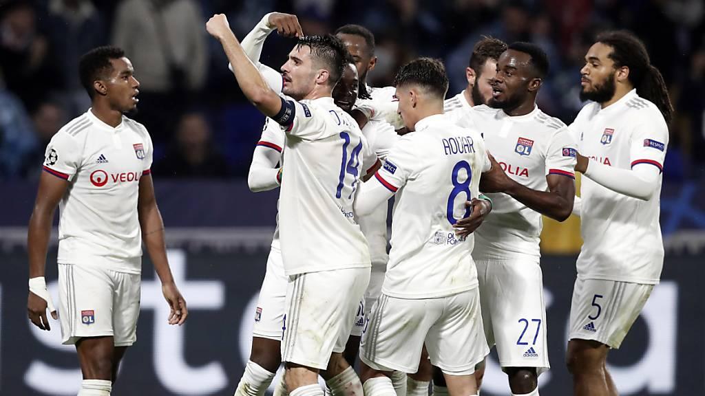 Mannschaftsbus von Olympique Lyon von Unbekannten attackiert