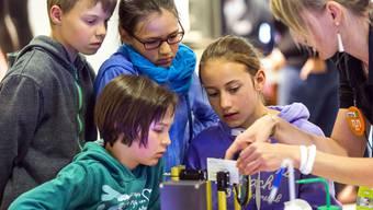 «tunAargau» lädt Kinder von sechs bis 13 Jahren ins Forscherlabor ein und ermöglicht ihnen spielerisches Forschen im Bereich                  Technik und Natur – so wie hier an der «tunBern» anlässlich der BEA 2017 in Bern.