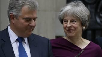 Britische Regierungschefin Theresa May mit dem neuen Tory-Parteichef Brandon Lewis