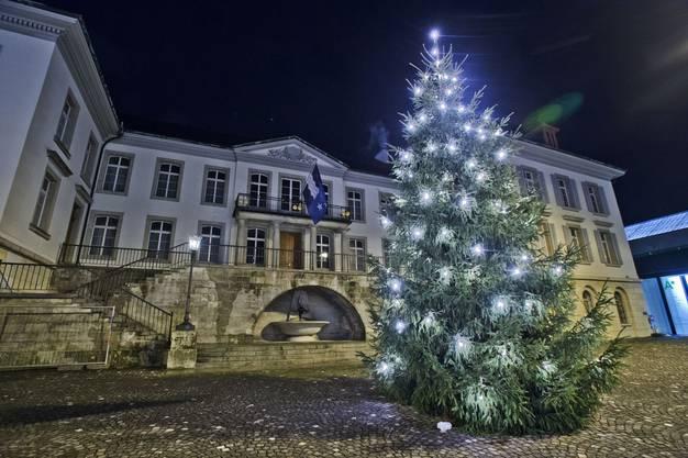 Der Weihnachtsbaum auf dem Aargauerplatz im Jahr 2012. Hier stand schon der Baum für das nächste Fest.