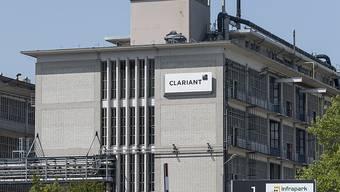 Der Chemiekonzern Clariant - im Bild das Chemiewerk in Muttenz BL - bekommt die Folgen der Coronakrise ebenfalls zu spüren. (Archivbild)