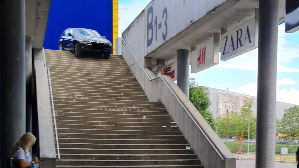 Verfahren: Auto bleibt auf der Treppe der Shopping Arena stecken