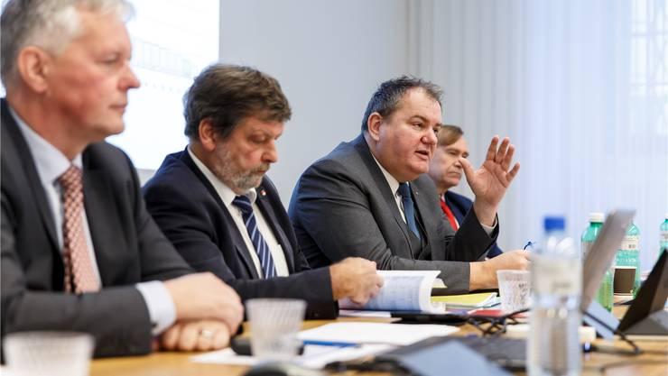 Roger Siegenthaler (3. v. l.) und der Einwohnergemeindeverband haben sich gegenüber der Regierung um Finanzdirektor Roland Heim (2. v. l.) stark exponiert.
