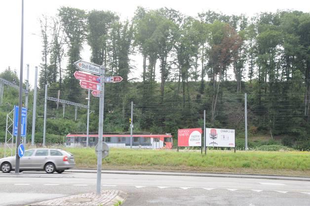 Werbeplakat von Giroflex neben dem Produktionsort und Hauptsitz an der Kantonsstrasse, die viel befahren wird und die zum Grenzübergang Koblenz-Waldshut führt.