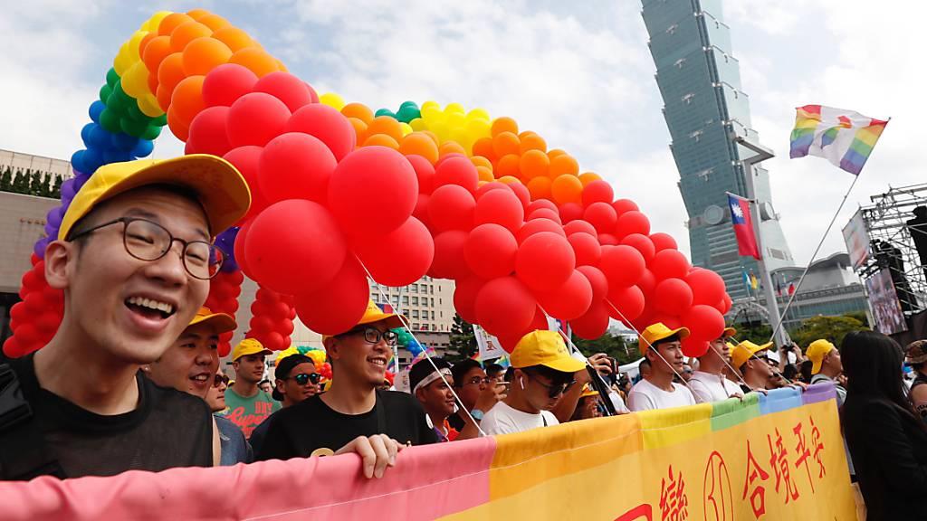 """Unter dem Motto """"Homosexuelle sind gute Nachbarn"""" demonstrierten mehr als 170'000 Teilnehmer in Taipeh für die Gleichstellung der Geschlechter."""