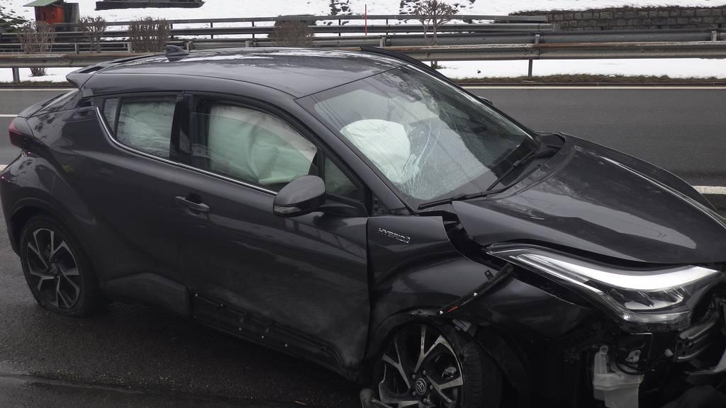 Autolenker fährt in Tunnelwand und verletzt sich schwer