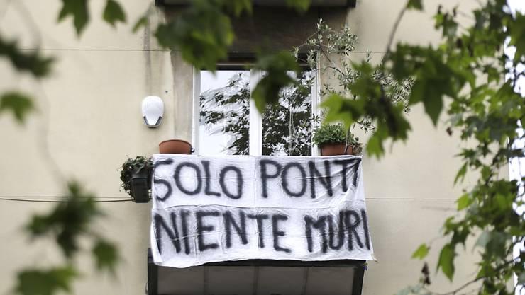 """""""Nur Brücken, keine Mauern"""" steht auf dem Transparent in Mailand. (Bild vom 17. Mai)"""