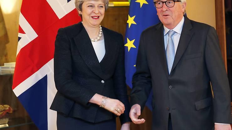Die britische Regierungschefin May hat sich am Montagabend zu Last-Minute-Gesprächen mit EU-Kommissionschef Jean-Claude Juncker in Strassburg getroffen.
