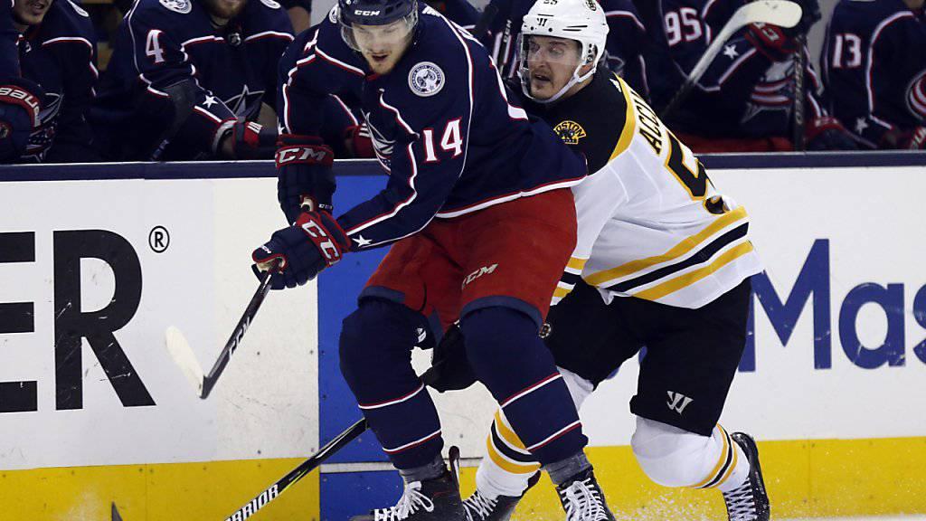 Dean Kukan verteidigt die Scheibe im Duell mit Bostons Angreifer Noel Acciari