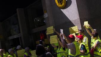 Protestierende vor dem deutschen Generalkonsulat in Barcelona