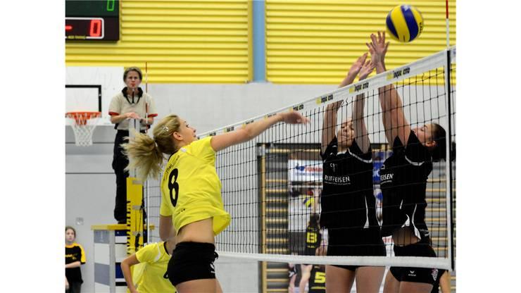 Therwils Anja Breitenmoser (links) smasht am Block vorbei zum Punktgewinn.