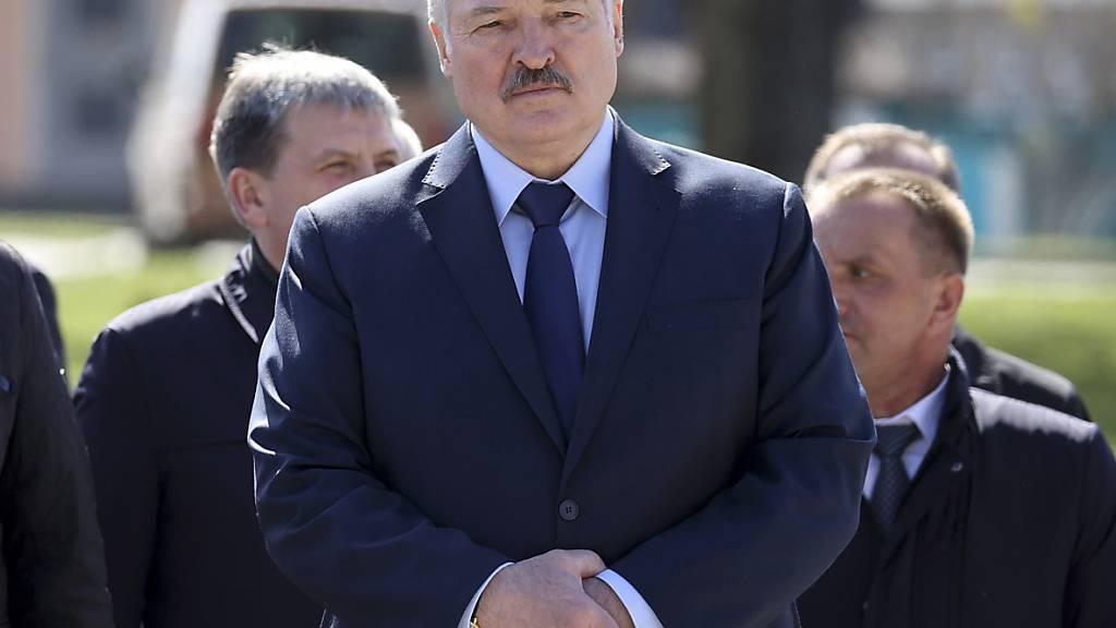ARCHIV - Alexander Lukaschenko, Präsident von Belarus, nimmt in Begleitung von Beamten an einer Gedenkveranstaltung anlässlich des 35. Jahrestages der Tschernobyl-Katastrophe teil. Foto: Sergei Sheleg/POOL BelTa/AP/dpa