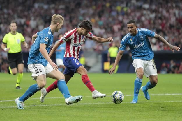 Zwei Wunderkinder unter sich: Atléticos Joao Felix (M.) wird von Matthijs de Ligt (l.) bedrängt - noch immer steht es 0:0 zwischen Atlético und Juventus Turin.