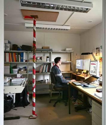 Baufällig: In den Büros ist es eng und teilweise müssen Decken abgestützt werden