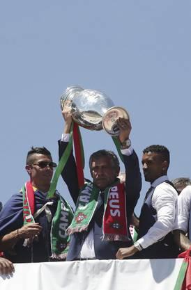 Und auch in der Heimat weicht Ronaldo nur selten von der Seite des Trainers.