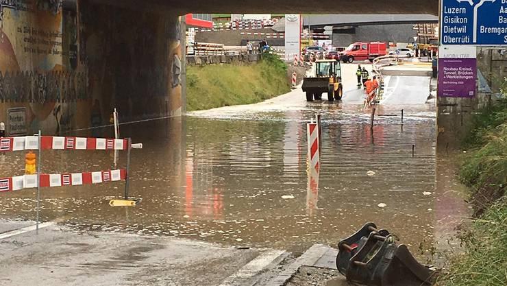 In Sins traten mehrere Bäche über die Ufer, zwei Unterführungen und die Mühle wurden überflutet.