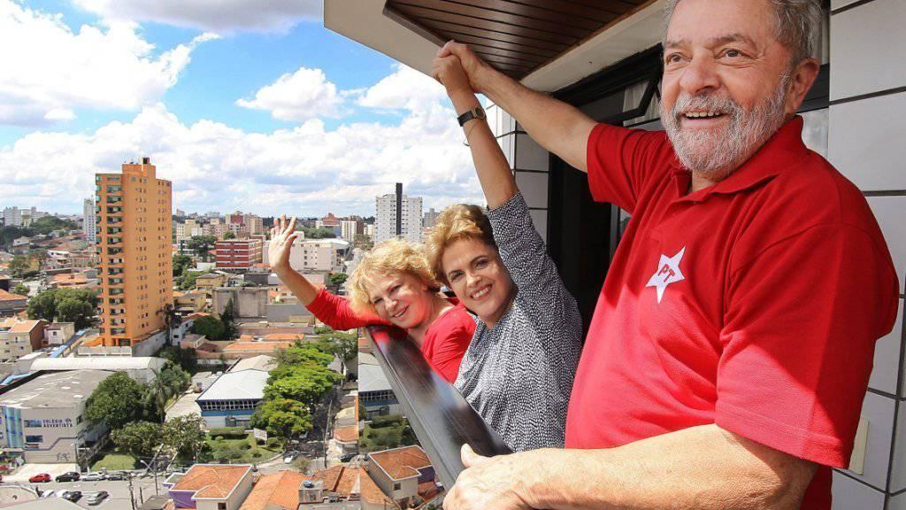 Luiz Inacio Lula da Silva (r) mit seiner Ehefrau Marisa (l) und in der Mitte Präsidentin Dilma Rousseff auf dem Balkon von Lulas Wohnung