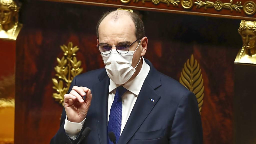 Jean Castex, Premierminister von Frankreich, spricht zu Mitgliedern des Parlaments über die neuen coronabedingten Maßnahmen. Castex hat die strengeren Corona-Beschränkungen gegen heftige Kritik von Parlamentariern verteidigt.