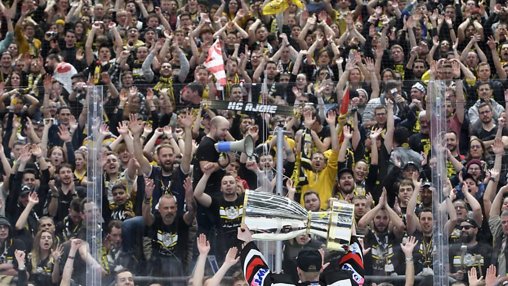 Ajoies Stürmer Steven Macquat präsentiert den Fans Anfang Feburar nach gewonnenem Cupfinal die Trophäe