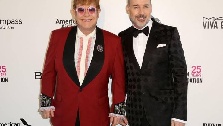 Absicht oder Versehen? Elton John (l) und sein Mann David Furnish (r) haben noch keine Einladung zur royalen Hochzeit vom 19. Mai. (Archivbild)
