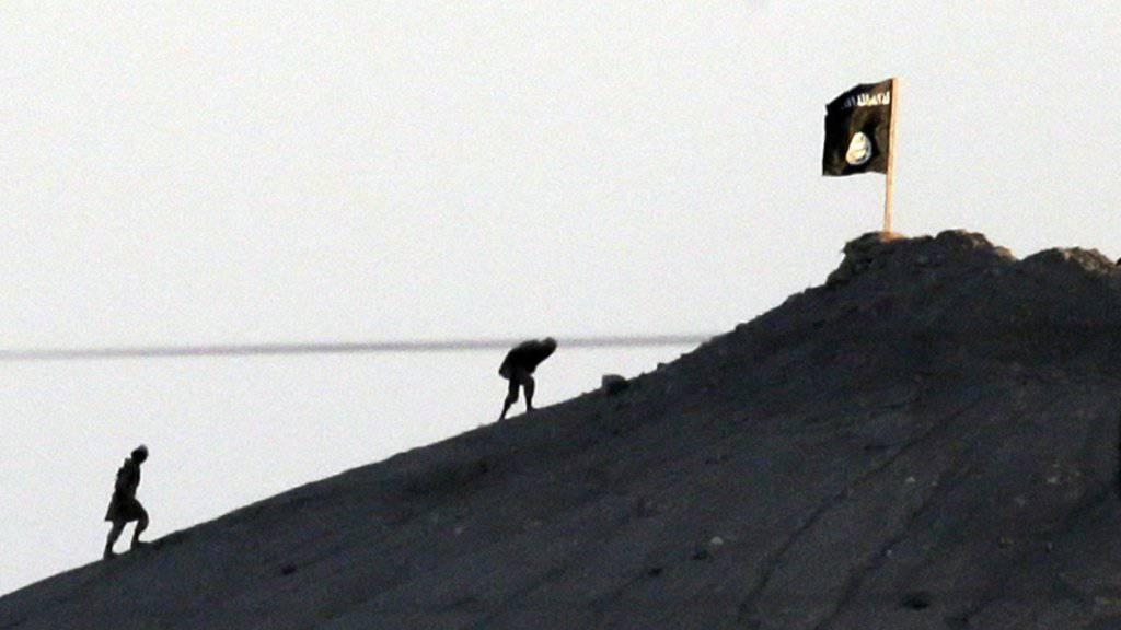 In Syrien und dem Irak weht vielerorts die schwarze Flagge. Der Westen ist nach Ansicht der Londoner Denkfabrik IISS bisher gescheitert, den IS empfindlich zu treffen. (Archiv)