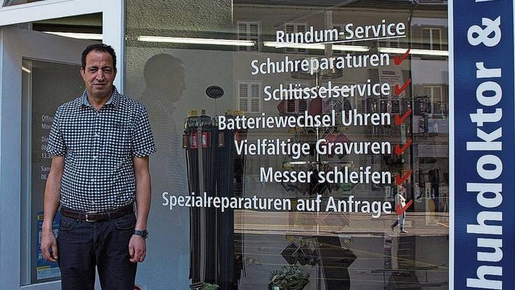 «Schuhdoktor» Farid Guidom vor seinem neuen Domizil.