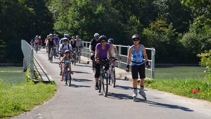 Im gemächlichem Tempo fahren Velofahrer und Inlineskater über die Aarebrücke in Villnachern.