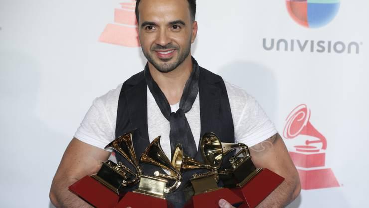 """Mehr als vier Grammys könnte er sowieso nicht halten: Der Puertoricaner Luis Fonsi gewann an den 18. Latin Grammy Awards in Las Vegas mit seinem Hit """"Despacito"""" gleich vier Preise."""