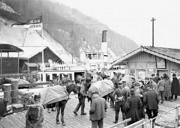 Kurz nach Ausbruch des ersten Weltkrieges wurde die «Rhein» für Truppentransporte (hier in Alpnachstad) eingesetzt.