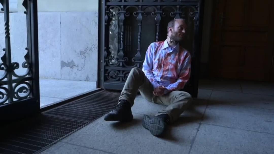 Klimaaktivisten ketten sich ans Portal des Bundeshauses
