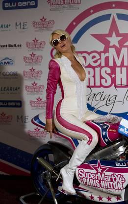 Paris Hilton als Motorradbraut