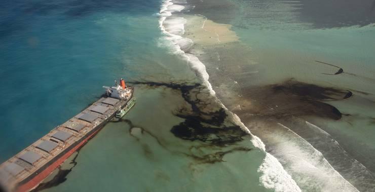 Aus dem japanischen Tanker MV Wakashio läuft Öl aus. 1000 Tonnen sollen es bereits sein.