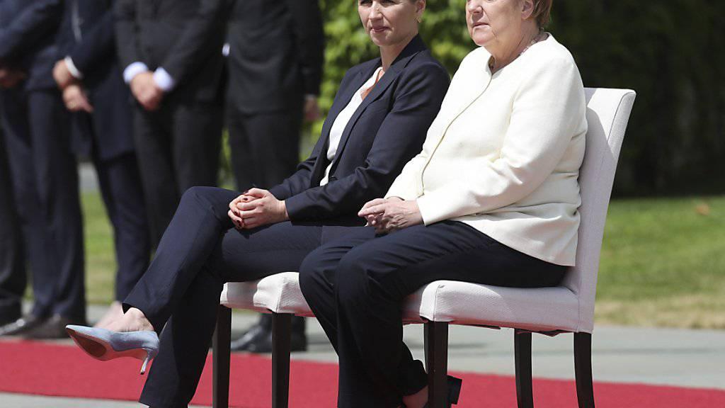 Hören sich die Landeshymnen im Sitzen an. Die deutsche Bundeskanzlerin Angela Merkel und die dänische Premierministerin Mette Frederiksen in Berlin.