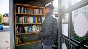 Vielerorts wurden nicht mehr genutzte Telefonkabinen in öffentliche Bücherschränke umgewandelt. (Bild: Stansstad, 28. Oktober 2018)