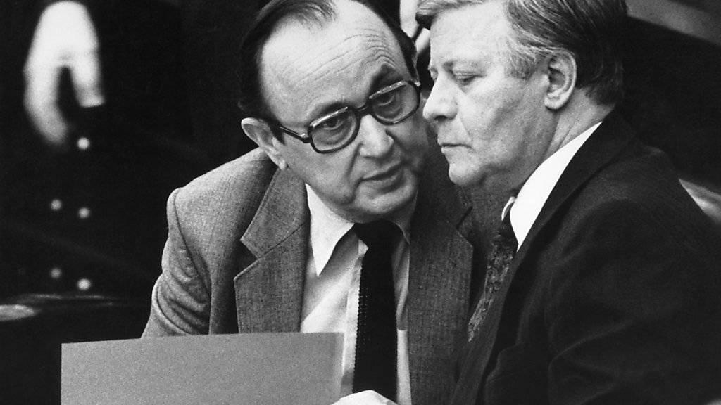 Helmut Schmidt mit seinem Aussenminister Hans-Dietrich Genscher bei einer Bundestagsdebatte am 25.November 1980. Helmut Schmidt starb am 10. November 2015