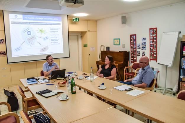 Mike Lauper, Präsident des Altersheimvereins, Geschäftsleiterin Marianne Busslinger und Projektleiter Manfred Breitschmid präsentieren das neue Konzept.