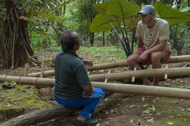Mirko Hess im Gespräch mit einem Arbeiter auf einer Nelkenplantage in Munduk, Bali, Indonesien.