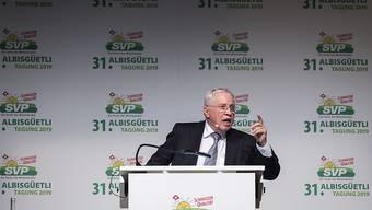 """Christoph Blocher warnt vor dem """"Unterwerfungsvertrag"""" und stimmt seine Partei auf ein Referendum gegen den EU-Rahmenvertrag ein. (KEYSTONE/Melanie Duchene)"""