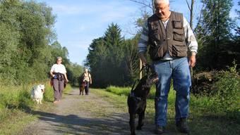 Hunde sind im Wald und am Waldrand bis Ende Juli an der Leine zu führen, zum Schutz des Wildtiernachwuchses. (Archiv)