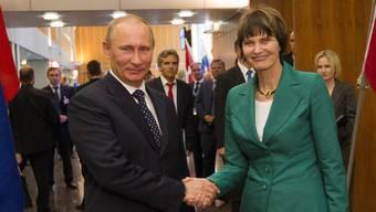 Micheline Calmy-Rey im Jahr 2011 als Aussenministerin mit Wladimir Putin in Genf.