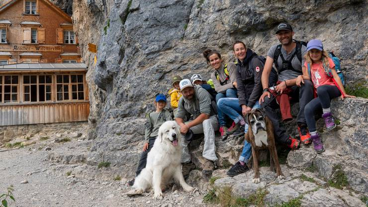 Sie waren bei uns: Die Familien Bartelle und Harris aus Neuenburg vor dem Berggasthaus Äscher-Wildkirchli.