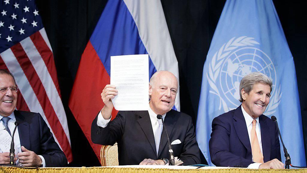 Russlands Aussenminister Lawrow, der UNO-Gesandte Staffan de Mistura und US-Aussenminister Kerry bei einer Medienkonferenz nach dem Syrien-Gipfel in Wien. Die Konferenz sprach sich für einen Waffenstillstand und eine Übergangsregierung aus.