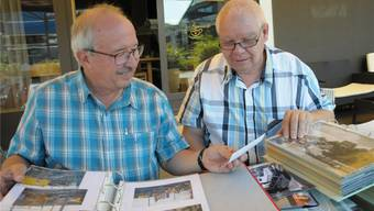 Zwei begeistere Hobby-Fotografen blättern in ihren umfangreichen Bild-Archiven. Fritz Winterberger (links) und Beat Zeier. Bild: Toni Widmer