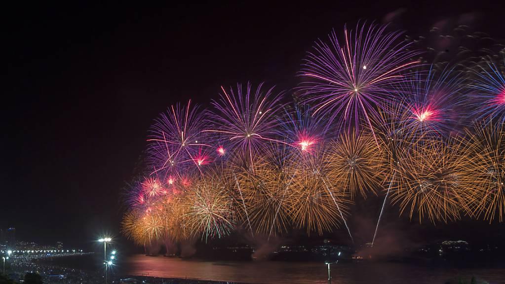 ARCHIV - Ein Feuerwerk wird über dem Strand der Copacabana gezündet. Foto: Bruna Prado/AP/dpa